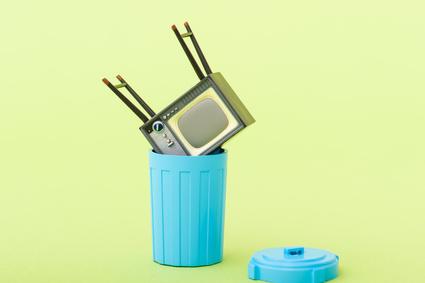 ゴミ箱に捨てられたテレビ