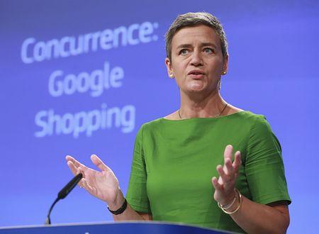 米グーグルに対する巨額制裁金を発表する欧州連合(EU)のベステアー欧州委員(競争政策担当)=27日、ブリュッセル(EPA=時事)